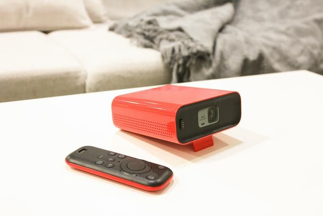 天猫精灵投影仪和遥控器