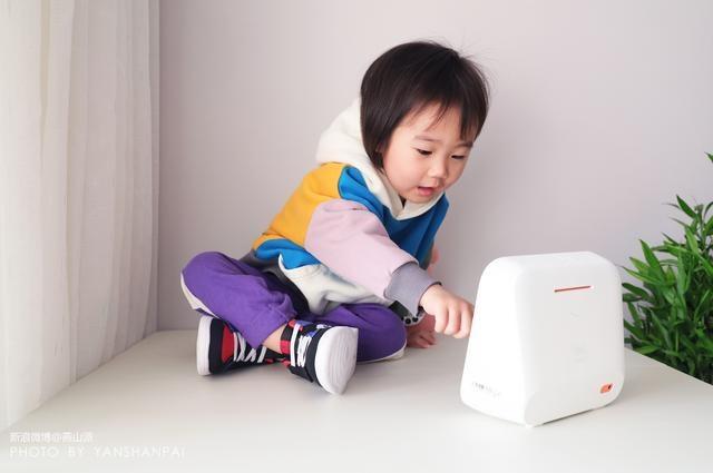 小孩子玩天猫精灵CC