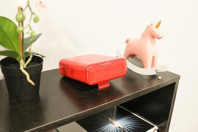 天猫精灵投影仪摆放在桌子上效果